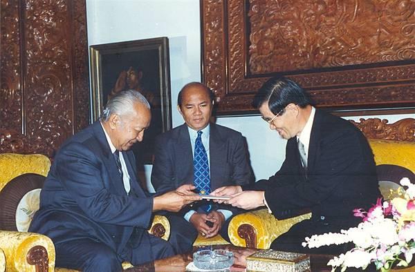 跟當時印尼總統蘇哈托交換禮物