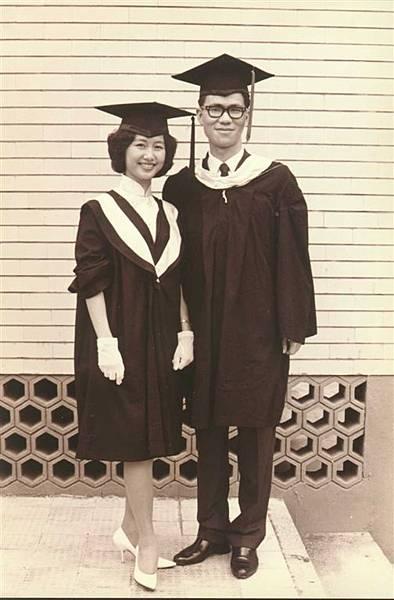 老蕭政治大學外交研究所畢業 蕭媽媽政大國貿系同年畢業