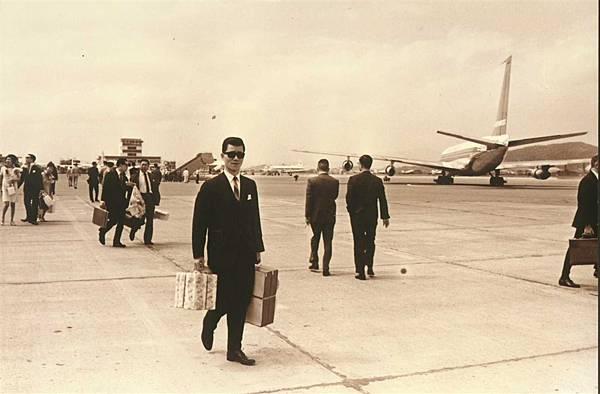 出發前往第一個外放國家馬來西亞 老蕭打扮得好像國安局特勤人員  當時從停機坪直接上飛機