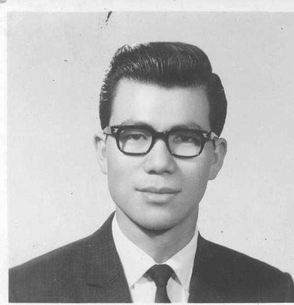 這麼多年來 老蕭頭髮只有少一點點 眼睛沒有大一點 眼鏡時髦一點點 笑容可愛很多點