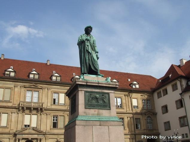 Schillerplatz上雕像