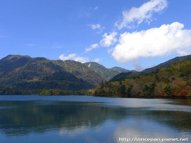 湯之湖 遠山倒影紅葉