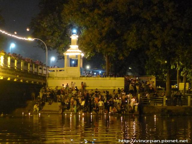 民眾放水燈