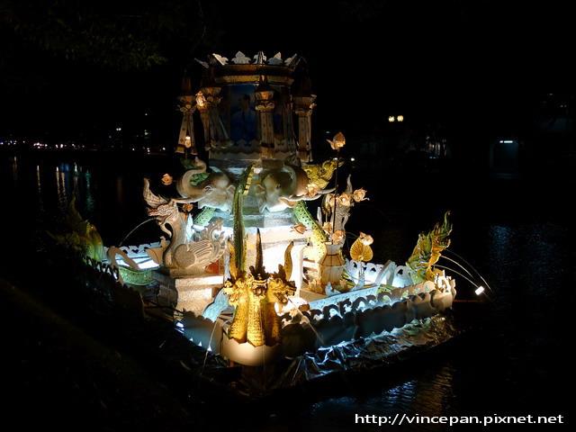 護城河上水燈