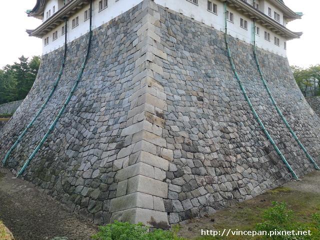 陡峭的石牆