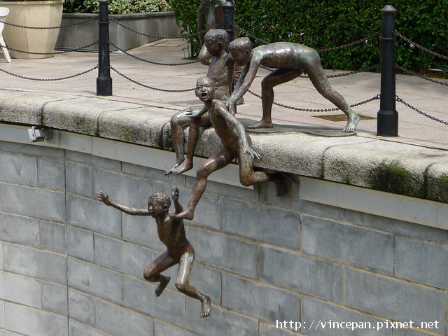 跳河玩耍的小孩雕像