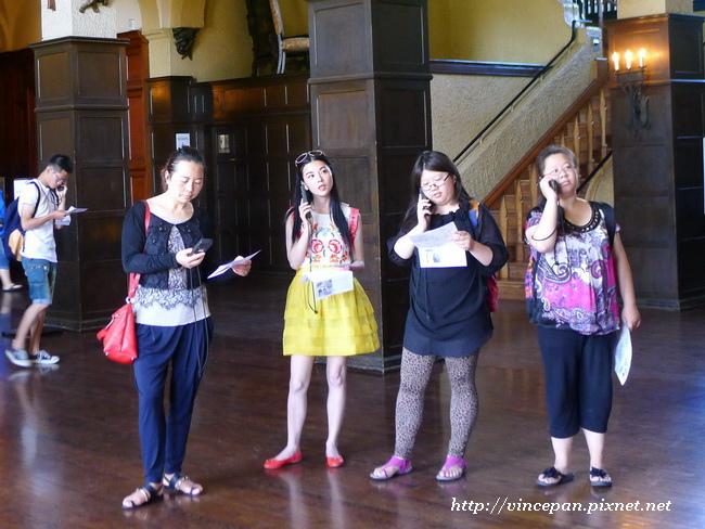 遊客聽語音導覽