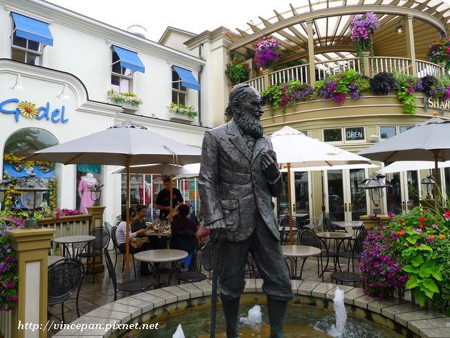 酒吧前雕像