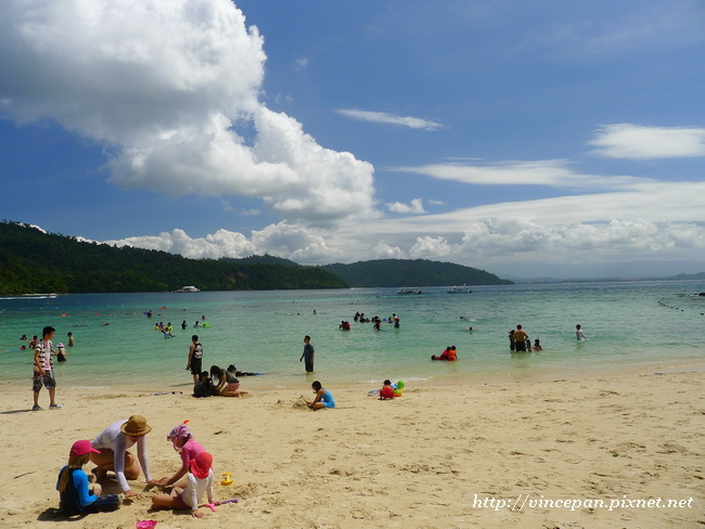 沙比島白色沙灘 玩沙子