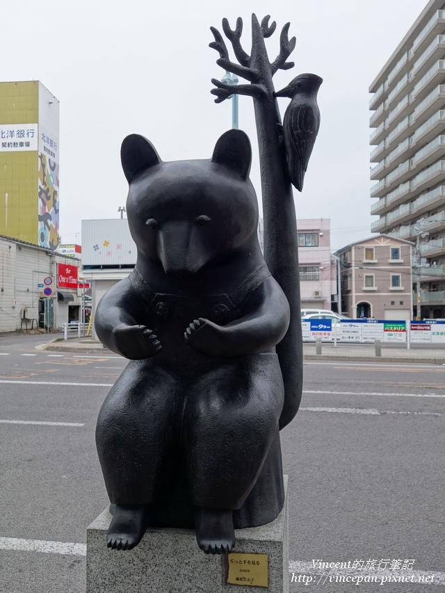 路上的銅雕 熊
