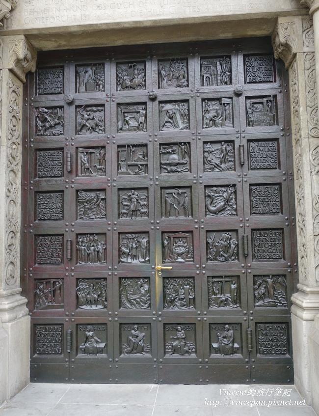 黑色雕飾的教堂大門