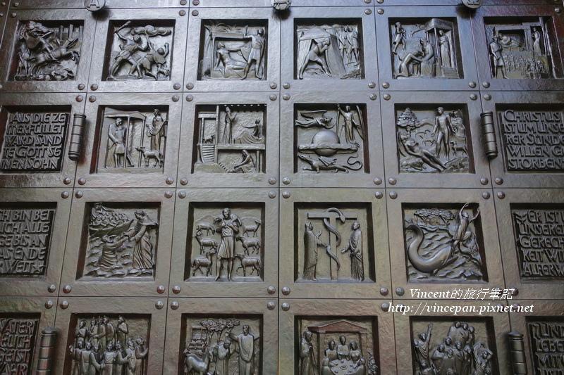 黑色雕飾的教堂大門2