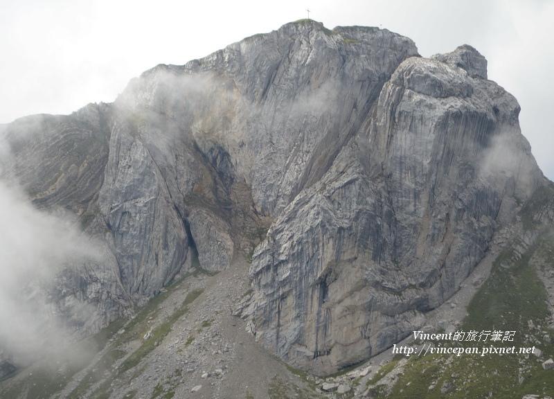 陡峭嶙峋山壁