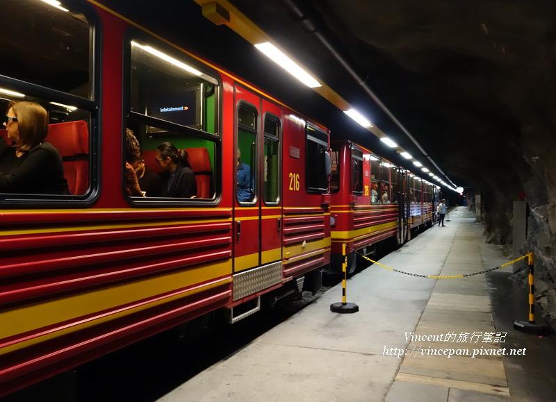 JB火車在隧道裡停車