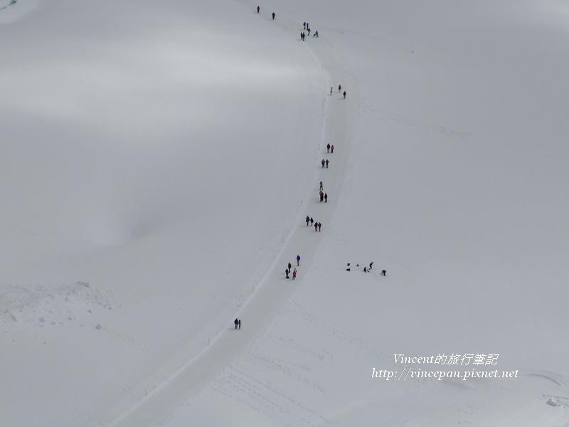 雪地上行走的遊客