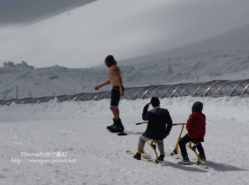 猛男玩雪板