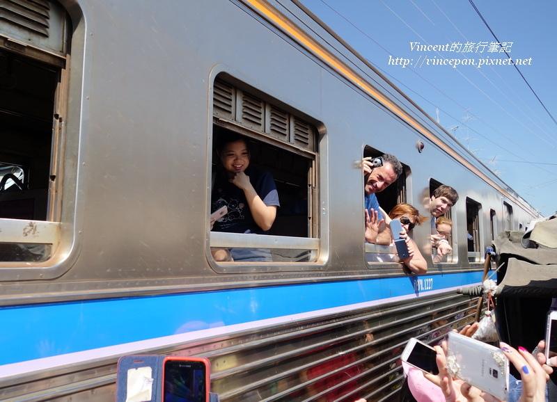 車上乘客與遊客互拍