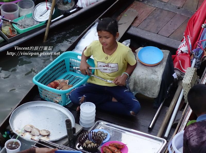 女孩煮海鮮