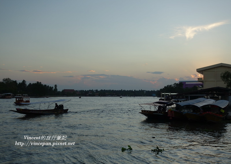 夕陽西下的河景2