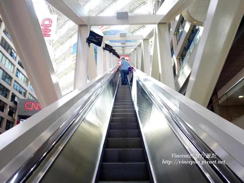 白色手扶梯