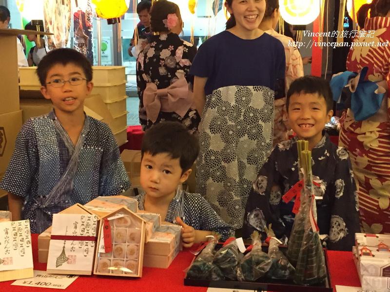 小孩賣紀念品
