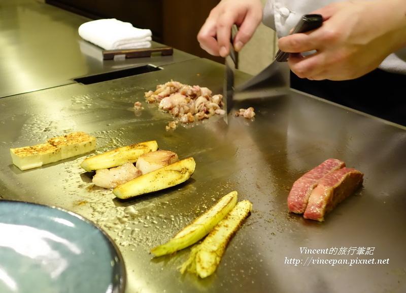 廚師料理鐵板上的神戶牛油花