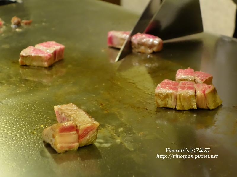 廚師料理鐵板上的神戶牛