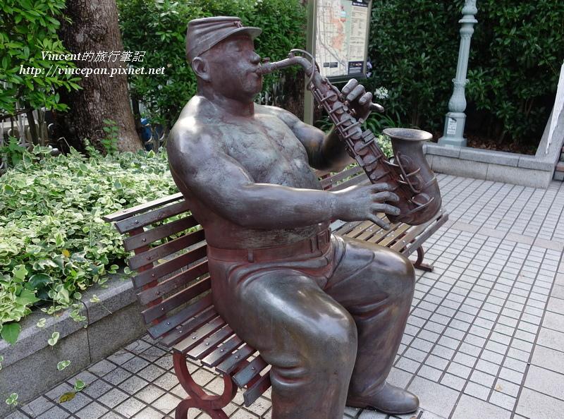 吹薩克斯風的雕像