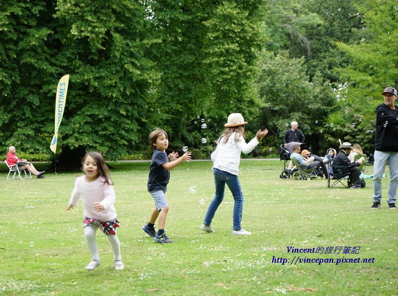 小孩在草皮上玩耍