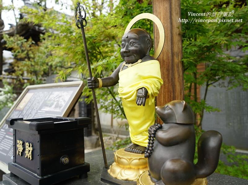 僧侶與狸貓銅像