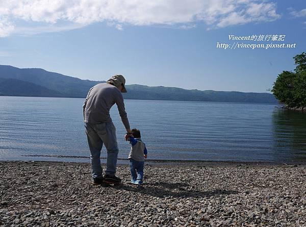 父子 湖邊