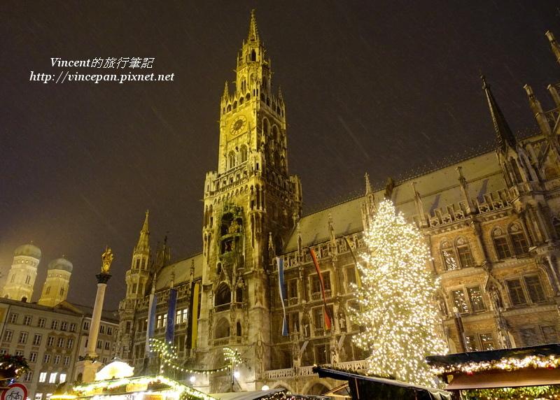 雪夜裡的新市政廳與聖誕樹
