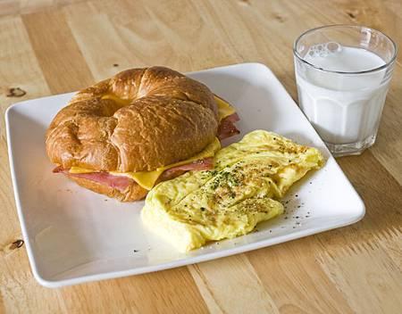 蒂兒咖啡早午餐-火腿起司可頌+歐姆蛋+鮮奶$100元