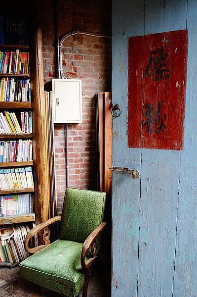 3.老闆收藏的舊有青銅綠沙發,不妨拿本書坐下來閱讀享受美好時光 (Copy).JPG