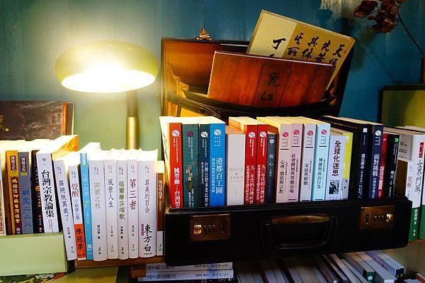 4.老闆說:這是以前留存下來的公事箱,東西二次利用是這家書店的精隨所在 (Copy).JPG