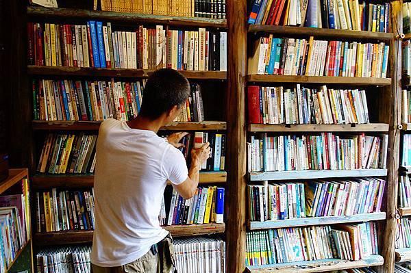 5.書店的書架是用原本老房塌陷下來的木柱『幅杉木』所做成的,此福杉木已經超過80歲囉!(老闆正在細心整理書本) (Copy).JPG