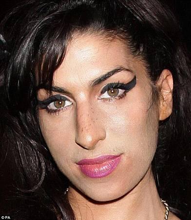 27A0A83E00000578-3145613-Rhythm_and_blues_singer_Amy_Winehouse_who_has_green_hazel_eyes_d-a-16_1435746747293.jpg