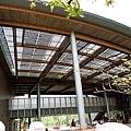 屋頂是太陽能板兼遮光板的設計