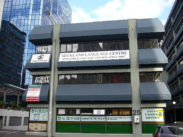 造型很特殊的school building.jpg