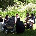 坐草地上的分組討論.jpg
