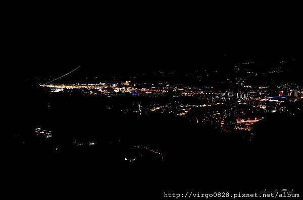 眺望臺北盆地夜景 松山機場飛機起飛光軌