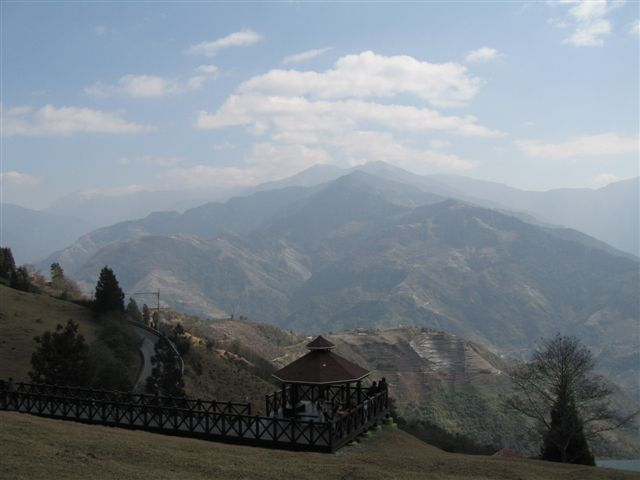 天很藍  可以看到山間的梯田&房子