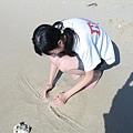 一副很專注地聚沙
