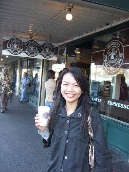 第一家Starbucks~店門口拍個沒完