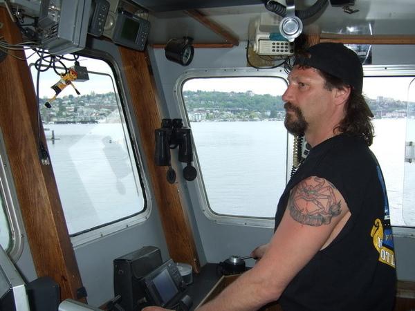 西雅圖-時光大盜號船長約翰,左手臂有超大帝王蟹刺青喔