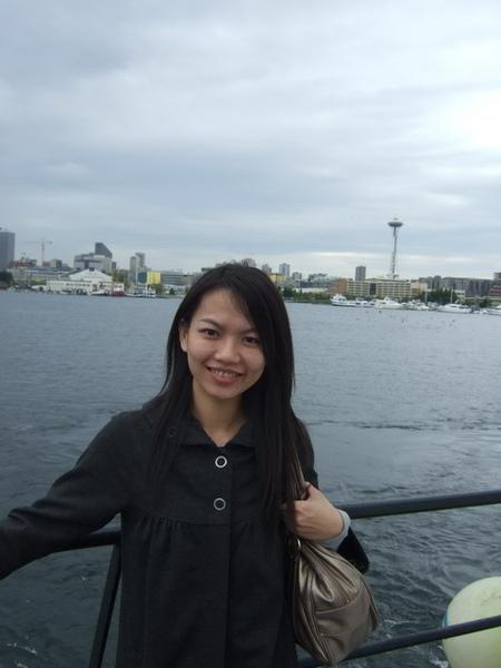 西雅圖-搭時光大盜號遊港,背景是太空針塔