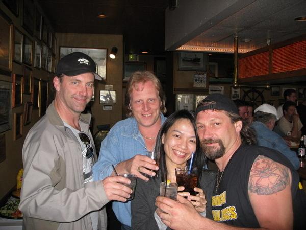 西雅圖-酒吧和3個船長合影,左邊是我認為很帥的安迪船長