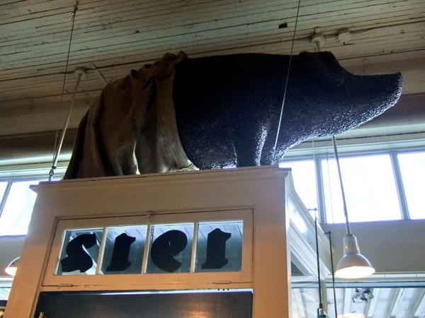 西雅圖-Starbucks裡由咖啡豆拼黏而成的豬,不知道含意