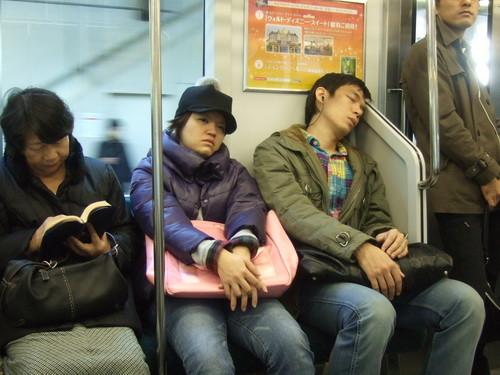 真的很累,連搭電車都在補眠的阿由美和張小鳴