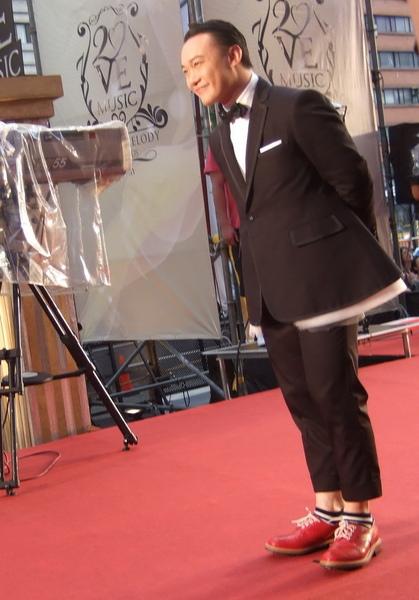 陳奕迅穿著超cute芭蕾風禮服